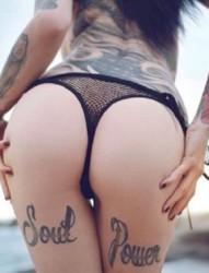 翘臀纹身美女的性感诱惑