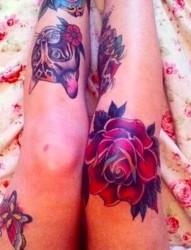 腿部玫瑰图案纹身