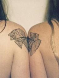 女性肩部简单潮流的刺青