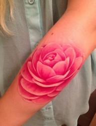 女性手臂漂亮的牡丹花纹身