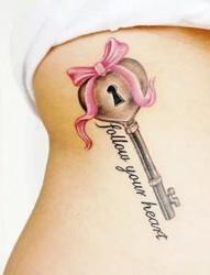 小巧精致的钥匙纹身
