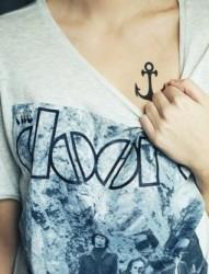 女士胸前个性字符刺青图案
