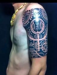 男性大臂创意图腾纹身