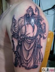 胳膊上正义的关公纹身