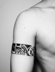 时尚帅气的男士臂环纹身