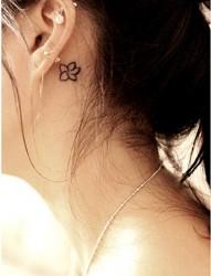 女性耳根后小花刺青