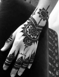 手指上一款超有个性的纹身