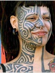 让人无法接受的女性脸部纹身图案