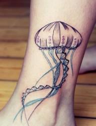 脚踝处漂亮的水母纹身