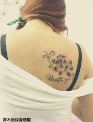 美女右背上出水荷纹身图案