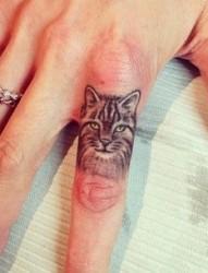 手指小小的猫头像纹身