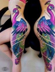 女子侧身超级漂亮的彩色孔雀纹身图案