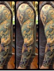 男子帅气的左手花臂生物机械纹身图片