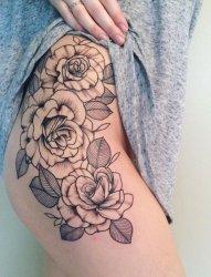 性感女人右侧臀部上精致的玫瑰花纹身图案