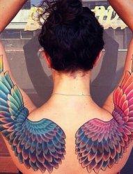 女性后背上会飞的翅膀纹身图片