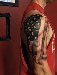 欧美男子右手大臂上的美国国旗纹身图片