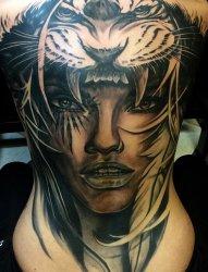 满背黑灰色戴虎头帽的部落女性纹身图片