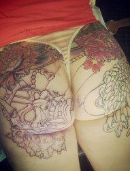 女子性感屁股上漂亮的花卉和般若纹身图片