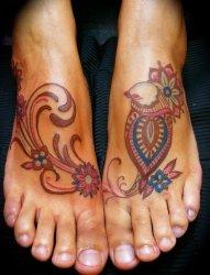 女性双脚上的同款匹配的纹身图案