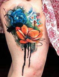 女孩大腿上可爱的水彩花朵纹身图片