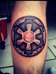 小腿上的星球大战银河帝国标志纹身图片
