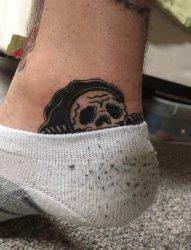 男性脚踝上躲藏在袜子里的死神纹身图片来自于凯拉