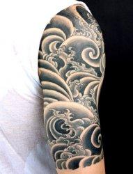 男性手臂上帅气的半袖纹身图案