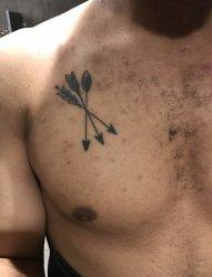 男性胸部上黑色的三只弓箭纹身图片