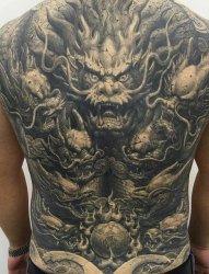 黑灰色大面积纹身龙头和斗战胜佛纹身图案
