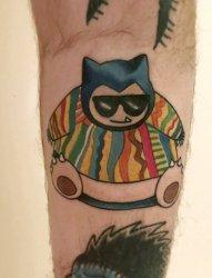 手臂上彩色的卡比兽纹身卡通纹身小图片