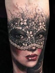 手臂上漂亮的戴面具女生纹身
