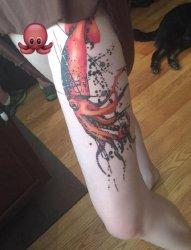 女孩左大腿上的大红鱿鱼纹身图片