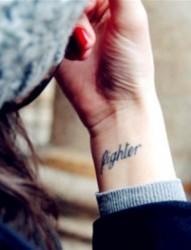 女性手臂英文时尚独特刺青