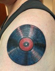 手大臂上个性的大唱片纹身图片