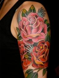 手臂上漂亮的一大簇鲜花纹身