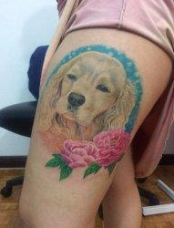 大腿上彩色植物纹身小花朵和狗头纹身图片