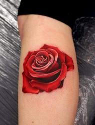 女性脚部红色的玫瑰纹身