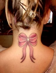 女孩们身上这些漂亮性感的蝴蝶结纹身图案
