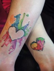 女孩身上代表着恋爱的心形爱意纹身图案