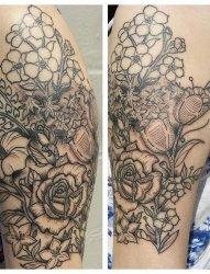 女性手大臂上漂亮的黑灰色插花纹身图片