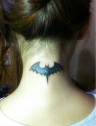 女性颈部蝙蝠刺青