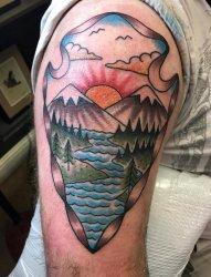 男生手臂上彩绘技巧山水纹身风景图片