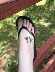 女生脚背上黑白小树叶纹身图片