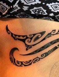 女生黑色线条几何元素纹身图案