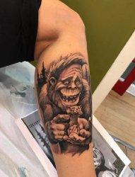 男生小腿上黑灰素描搞怪动物猩猩纹身图片