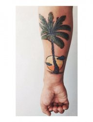 男生手臂上彩绘夕阳下的椰子树纹身图片