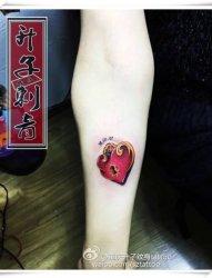 手臂桃心纹身 欧美纹身 重庆渝中区纹身店升子纹身作品