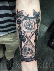 男生手臂上黑色素描创意花纹骷髅沙漏纹身图片