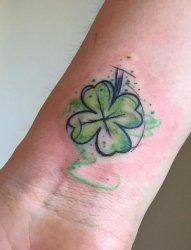 女生手臂上彩绘水彩四叶草文艺小清新四叶草纹身图片