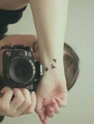 女人手颈时尚三只鸟儿纹身图